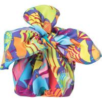 Confezione regalo impacchettata con Knot wrap multicolore con stampa di ombrelli