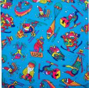 Ein blaues Tuch bedruckt mit skifahrenden Weihnachtselfen
