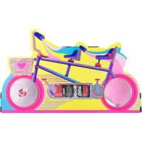 Um presente com o formato de uma bicicleta com duas bombas de banho e um gel de duche