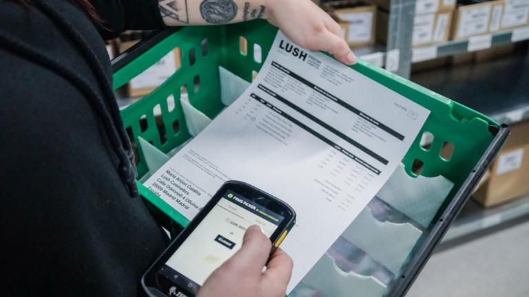 Caja de pick para preparar los pedidos de la tienda online de Lush en España con un scanner para indicar el numero de lote de los productos sólidos que ahora llegarán desnudos a tu casa