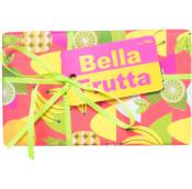 Das gelbe Bella Fruta Geschenk ist mit bunten Früchten bedruckt und hat eine gelbe Schleife