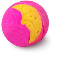 bomba de baño de color rosa con un dibujo de la luna
