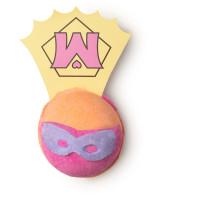 Eine Superheldin von Badekugel in Orange und Pink mit Cape
