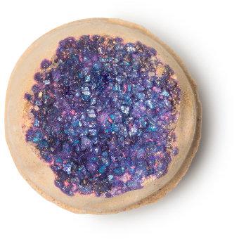 geode é uma linda bomba de banho dourada com estalinhos doces com formato de cristais verdadeiros roxos com lavanda e bergamota