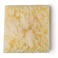 Pezzo di sapone fatto a mano di colore giallo con scaglie bianche