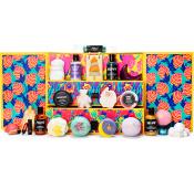 Der bunte Lush Adventkalender mit geöffneten Türchen und allen Produkten davor