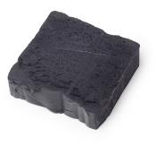 Schwarzes Proteinshampoo im Block mit Stoutbier