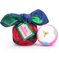 Confezione regalo di Natale Berry Christmas avvolta in un knot wrap e il suo contenuto