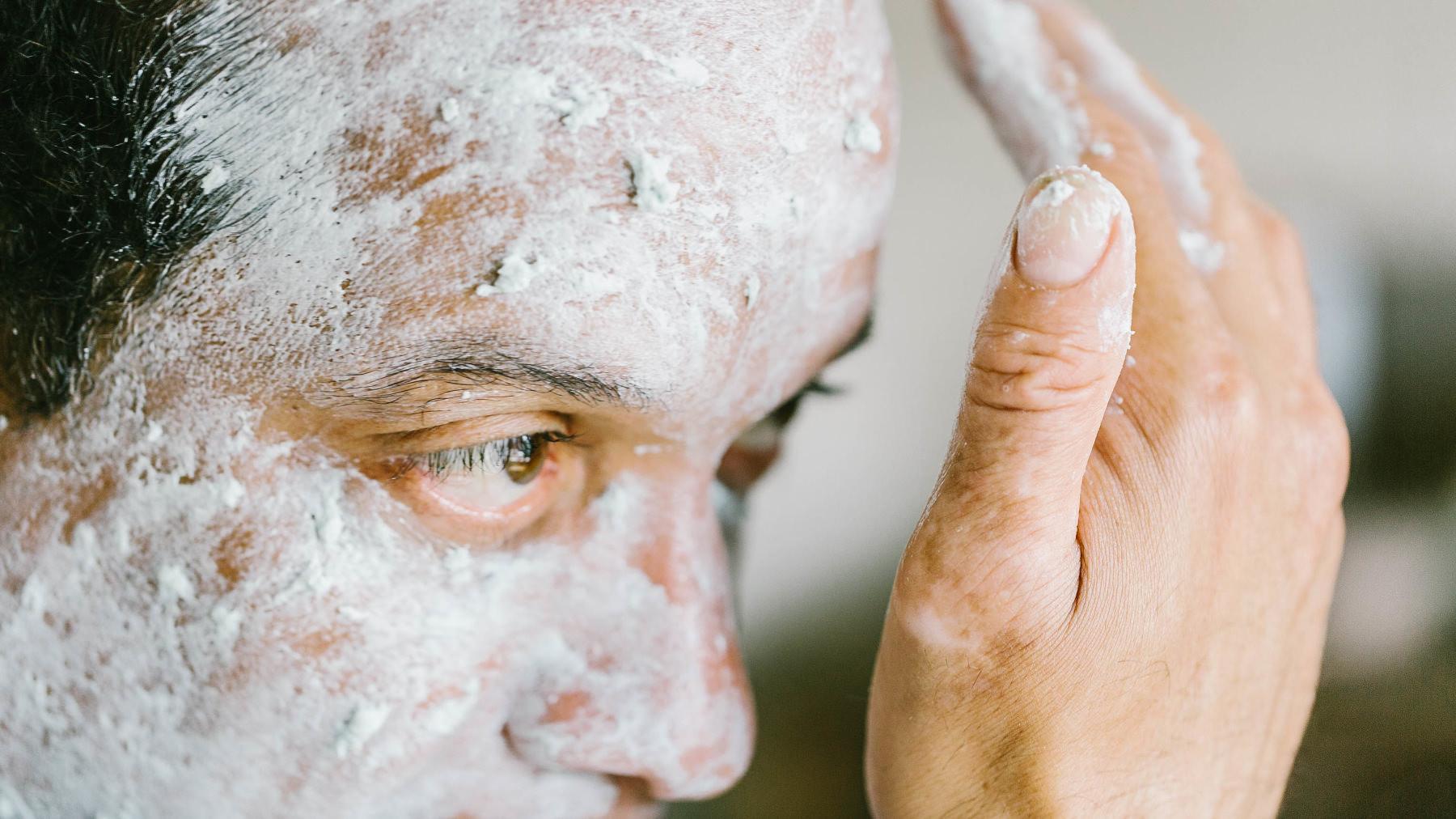 Una persona applica sul viso la Maschera jelly per il viso lenitiva e rinfrescante The Birth of Venus
