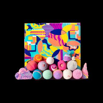 La caja de regalo cuadrada y multicolor The Art Of Bathing con las bombas y burbujas de baño alrededor