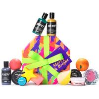 Una caja de navidad reutilizable multicolor con diseño de arbol de navidad con productos de baño y ducha para disfrutar esta navidad