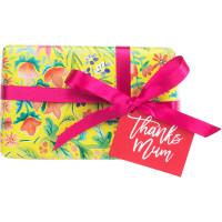 Um pequeno presente com motivos florais amarelo e cor de rosa para o Dia da Mae