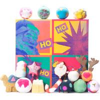 Una caja de regalo reutilizable de estilo pop art con un papa noel y reno en la tapa y productos para el baño y la ducha alrededor