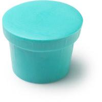 Um condicionador sólido na forma de um pote azul