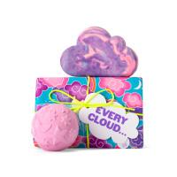 Regalo Every Cloud con nubes rosadas en el envoltorio, una burbuja de baño en forma de nube y una bomba de baño ambos de color morado con lavanda