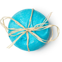 sea salt bombshell é uma bomba de banho azul com uma mão cheia de pedra de sal no centro