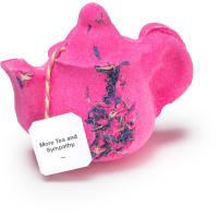 More tea and sympathy é uma bomba de banho em forma de bule de chá rosa com fragrâncias calmantes