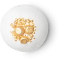 Eine weiße Badebombe mit großen, abgerundeten, goldenen Salzkristallen an der Oberseite