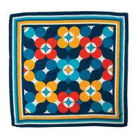 Ein blaues Tuch mit gelben und roten Blumen als Beispiel für unsere Vintage Knot Wraps