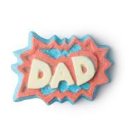 """Eine blaue Badebombe mit einem gelbem Schriftzug """"Dad"""" auf rotem Hintergrund"""