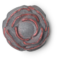 Uma bomba de banho preta e vermelha em forma de rosa