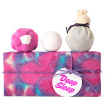 Regalo relajante Deep Sleep con 3 productos para el baño arriba de una caja de color morado lavanda