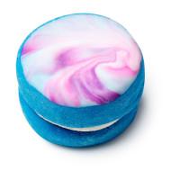 Mother Of Pearl Bubbleroon, ein marmorierter blauer Bubbleroon in der Form eines Macaroons.