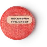 New ist ein rotes, festes Shampoo ohne Verpackung mit kleinem Holzstäbchen an der Oberfläche mit dem Schriftzug #BeCrueltyFree
