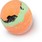 Badebombe in Orange, Hellviolett und Hellgrün mit schwarzem Meersalz