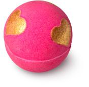 bomba de baño de color rosa con purpurina y corazones