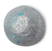 Hellblaue Ölbadkugel in silbernem Glitzer gerollt