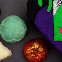 Tutti i prodotti contenuti nella confezione regalo di Halloween Biwitched
