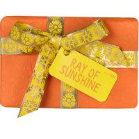 Die Frontansicht eines orangenes Geschenkes das in eine gelbe und silberne Schleife
