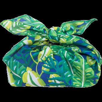 Um presente envolto num  knotwrap verde, amarelo e azul
