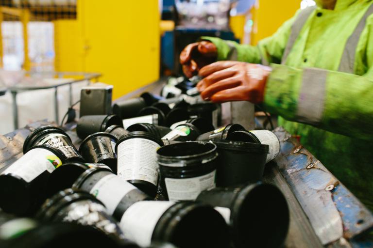 reciclagem dos potes pretos em loja