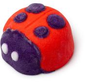 rotes schaumbad in der form eines marienkäfers mit violettem gesicht und punkten