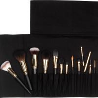 roll with it tem 13 pincéis de maquiagem organizados dentro de uma bolsa preta
