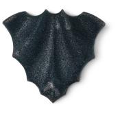 eine schwarze badebombe in der form einer fledermaus