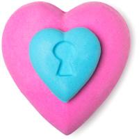 Uma bomba para o banho em forma de coração rosa e azul