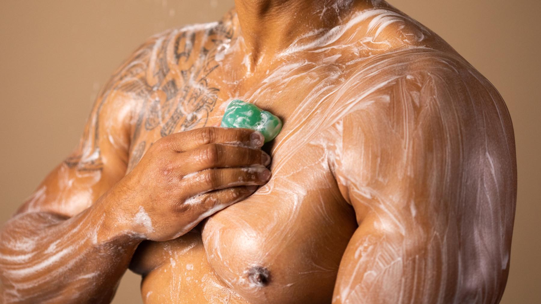 homme sous la douche