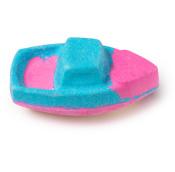 Pink-Blaue Badebombe in der Form eines Bootes