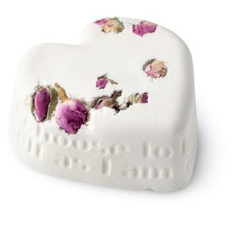 bomba de baño de color blanco en forma de corazón