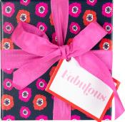 Dunkle Hutbox bedruckt mit pinken Blumen und mit einer pinken Schleife zusammengebunden