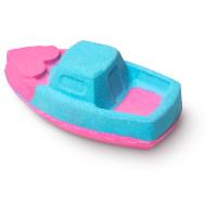 una bomba de baño de color rosa y azul con forma de barco