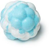 blue skies and fluffy white clouds é uma bomba de banho em forma de nuvem de patchouli e olibano