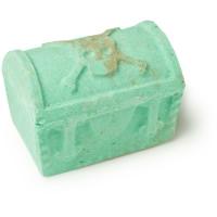 pirates of the carageenan é uma espetacular bomba de banho em forma de baú do tesouro verde