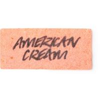 Um papel sabonete cor pêssego com as palavras American Cream