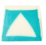 eine blaue und hellblaue handgemachte seife