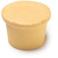 Ein beiger, fester Body Conditioner in der Form eines Lush Blackpots