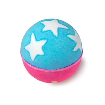 Eine pink und blaue Madame President Badekugel mit weißen Sternen auf der Oberseite
